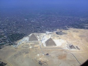 Aerial photo of the Giza pyramid complex, image: © Raimond Spekking / CC BY-SA 3.0 (via Wikimedia Commons)